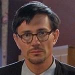 """Postać, w którą Krzysztof Ibisz wcieli się w """"Pierwszej miłości"""" to Ireneusz Piotr Bisztyga. Nieśmiały, w okularach, zapięty po szyję, niezaradny życiowo, ... - krzysztofibiszprawiczek150"""