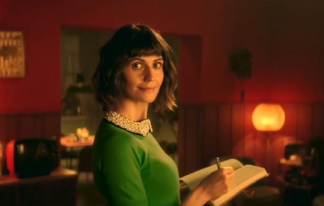 Zosia robiąca prezenty bożonarodzeniowe w reklamie aplikacji mobilnej Ceneo.pl (wideo)