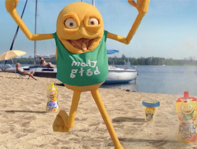 Mały Głód bombardowany na plaży w letniej reklamie Danio (wideo)
