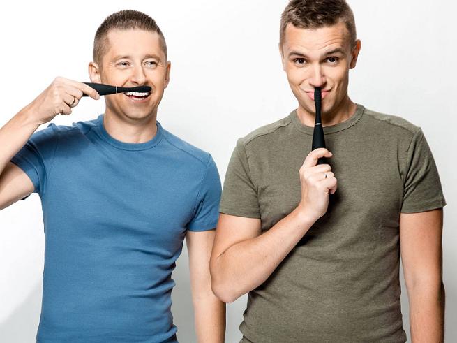 Homoseksualna para Jakub i Dawid promuje szczoteczki Issa 2 od Foreo (wideo)