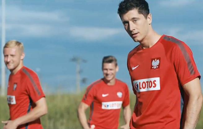 Piłkarze reprezentacji i Robert Kubica reklamowo na stacji Lotos (wideo making of)