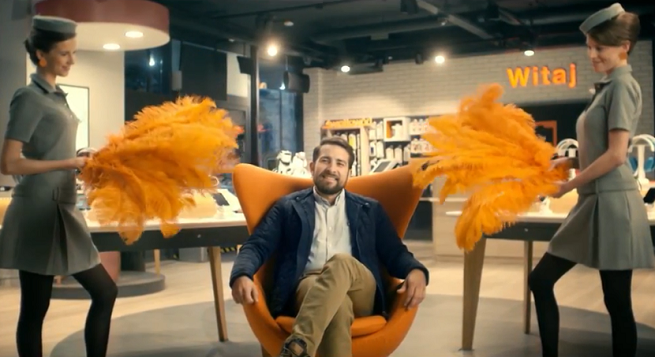 Czerwony dywan, chór i wachlarze dla klientów w reklamie Orange Love dla Firm (wideo)
