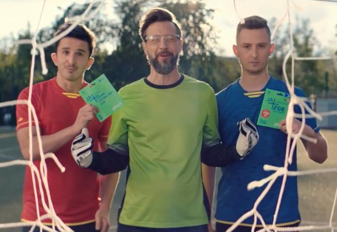 Lachu i Krzychu strzelają gole Szymonowi Majewskiemu w reklamach Plusa na Kartę (wideo)
