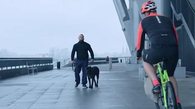 Biegaczka, rowerzysta i pies w reklamie sklepów Decathlon (wideo)