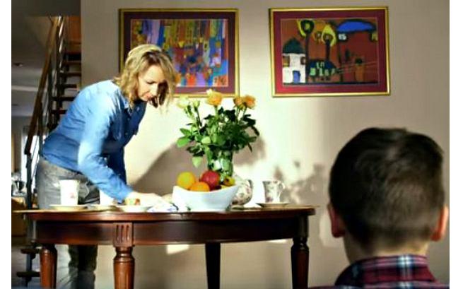 """Rozmowa syna z matką o nauce programowanie w kampanii MEN """"Dobra szkoła"""" (wideo)"""