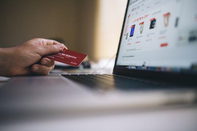 54 proc. polskich internautów kupuje w sieci. Najważniejsza wygoda i dostępność, Allegro najlepiej znaną marką