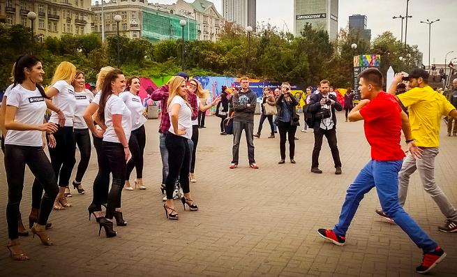 Taneczny flashmob w centrum Warszawy w kampanii pralki Hotpoint od Whirlpool (wideo)