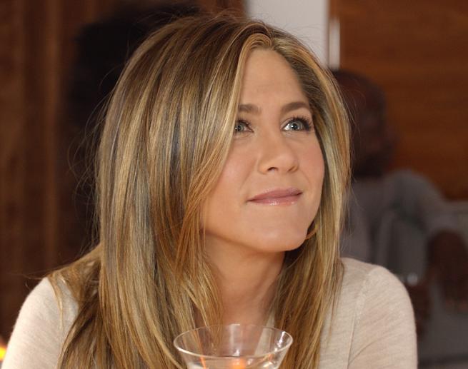 Jennifer Aniston szukająca prysznica w samolocie reklamuje linie lotnicze Emirates (wideo)