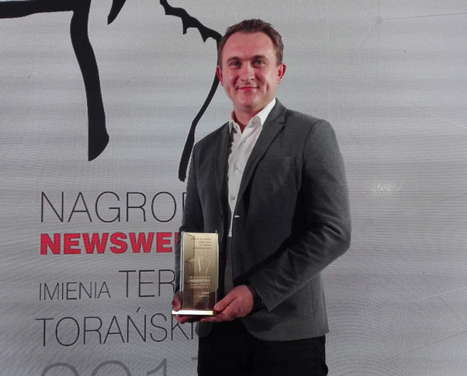 """Paweł Kapusta z Nagrodą """"Newsweeka"""" im. Teresy Torańskiej, fot. twitter.com/pawel_kapusta"""