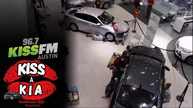 Teksańczycy całują auto, by wygrać samochód w radiowym konkursie