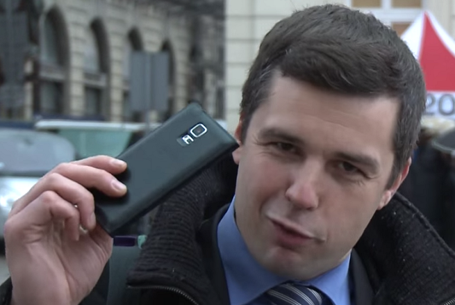 Michał Rachoń, fot. Telewizja Republika - michalrachon-smartfon655