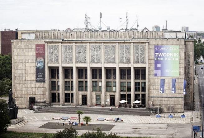 Coraz mniej Polaków zainteresowanych kulturą i sztuką, muzea popularniejsze od teatrów (infografika)
