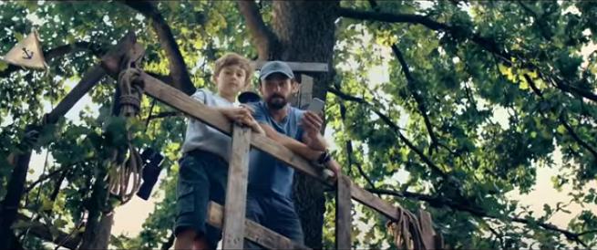 Tata i syn na szczycie magicznego drzewa w kampanii otoDom.pl