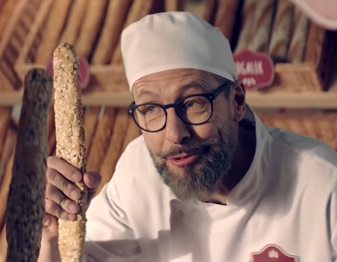 Szymon Majewski jako piekarz, harcerz i w pizzerii reklamuje nową ofertę Plusa (wideo)