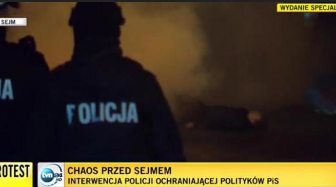Ujęcie z relacji TVN24 w nocy z 16 na 17 grudnia 2016 r.