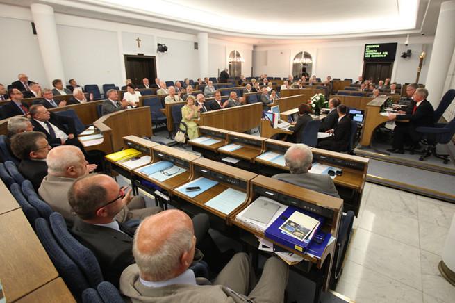 Pięć projektów w konkursie na nową identyfikację wizualną Senatu