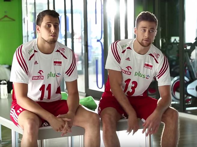 Siatkarze z trenerem na meczu, siłowni i w szatni reklamują Plusa (wideo making of)