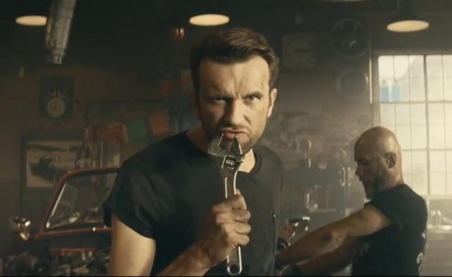 """""""Hit od T-Mobile"""" - Tomasz Kot śpiewająco reklamuje ofertę T-Mobile dla firm (wideo)"""