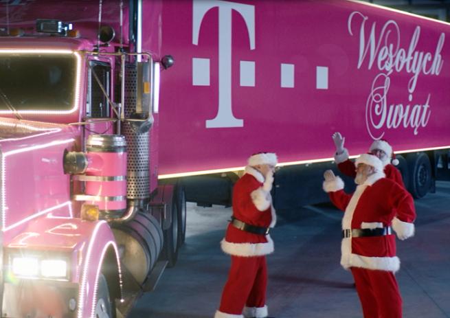 Święci Mikołajowie i ciężarówka z prezentami w reklamach T-Mobile na Boże Narodzenie (wideo)