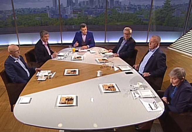"""Opozycja krytykuje obecność polityka SLD w """"Woronicza 17"""" w TVP Info: przystawki na telefon, łamistrajki"""
